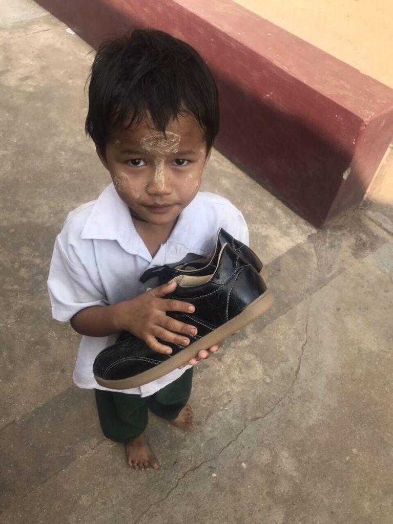 ミャンマー 靴 寄付